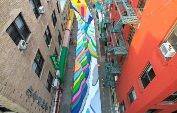"""Artista chileno rocía la calle Doyers St en Chinatown con coloridas """"Terrazas de arroz"""""""